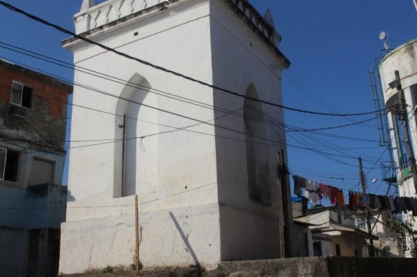 O Oratório do Cruzeiro, também conhecido como igrejinha, foi construído no século XIX. As lavadeiras aproveitavam a pedra do entorno para quarar e esticar roupas. Morro da Providência. Foto: Miriane Peregrino.