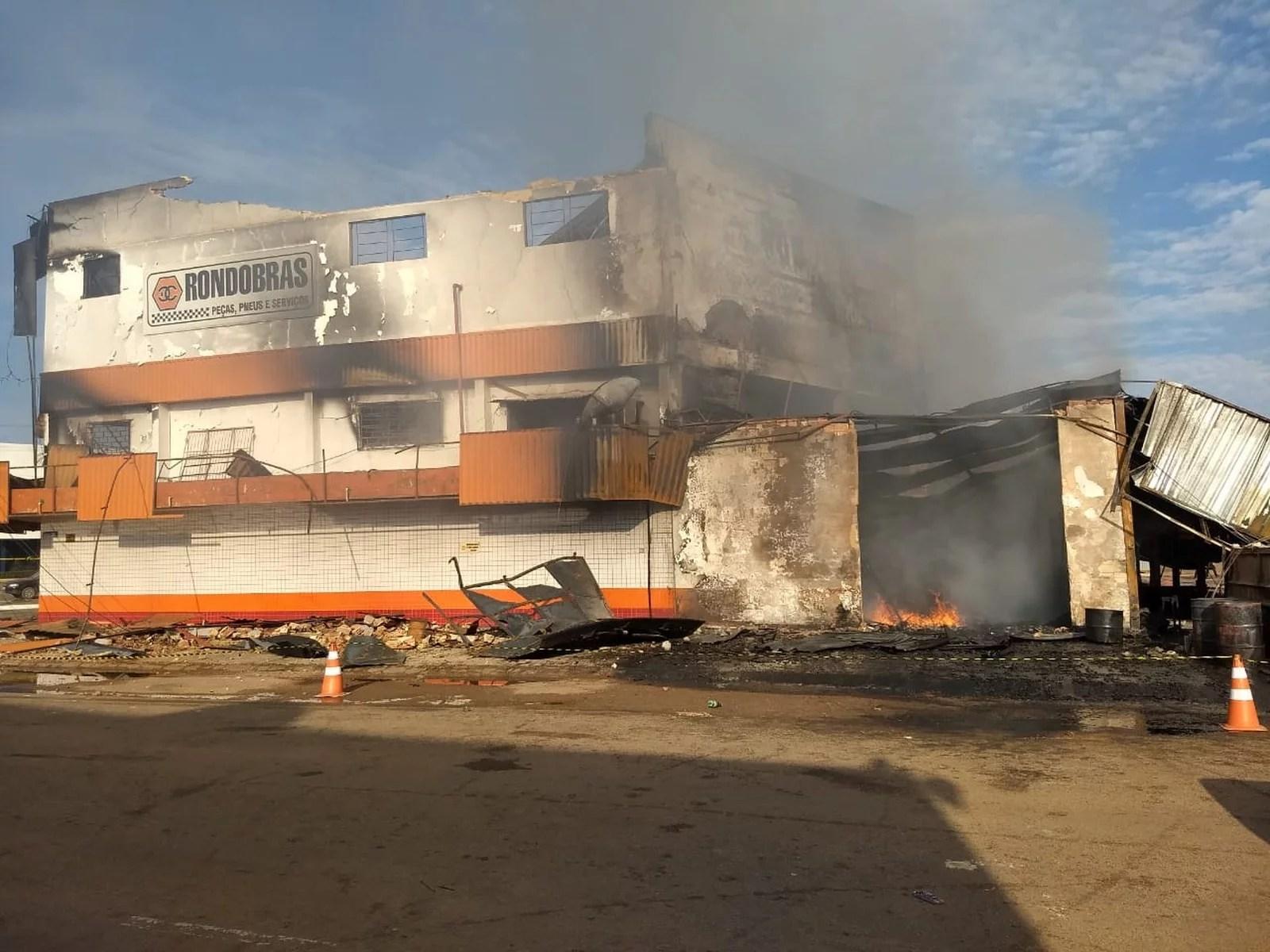 Após 12h de incêndio, loja de dois andares continua queimando em Porto Velho