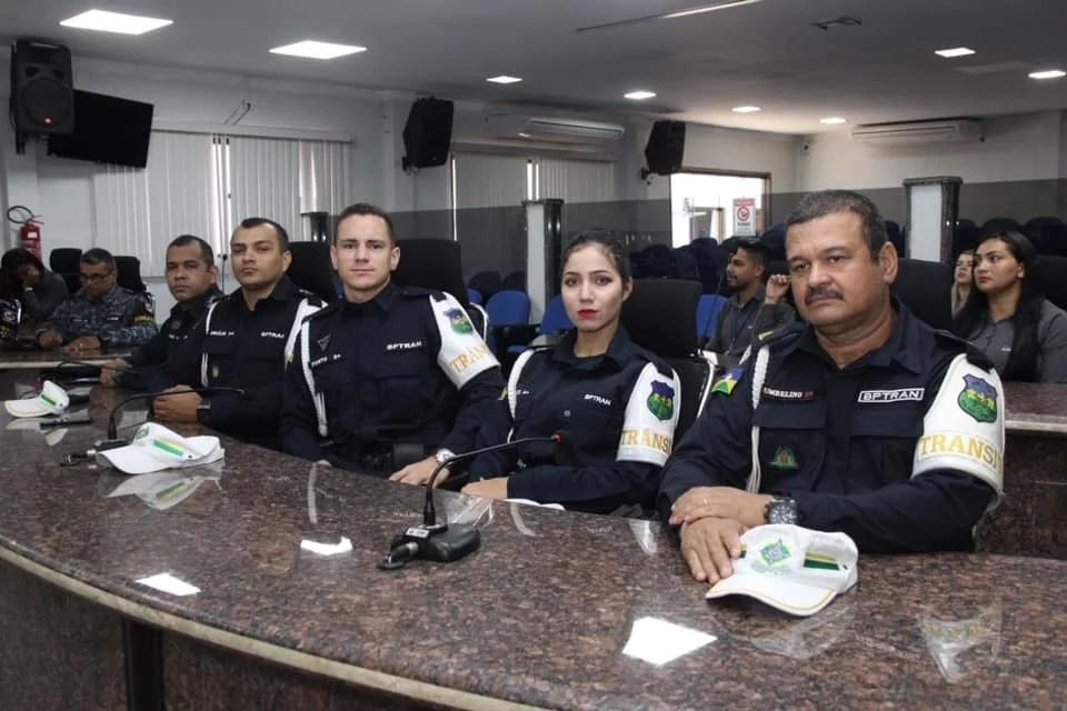 HOMENAGEM – Vereadora Ada Dantas entrega votos de louvor à policiais por atos de heroísmo