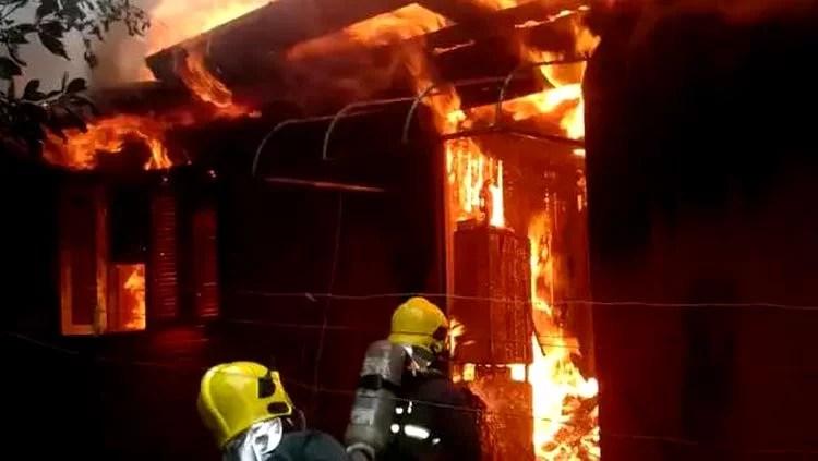 Residência é incendiada após discussão e separação de casal