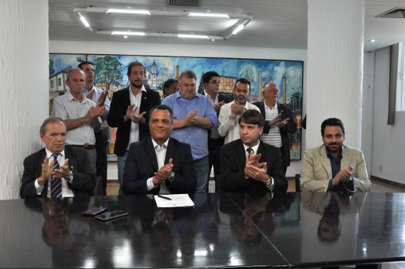 Encenação para assinatura do Termo de Ajustamento de Conduta (TAC) sobre o IPTU residencial com a presença do procurador de contas, Marcilio Barenco (Crédito da foto: Ricardo Lima / Prefeitura de Contagem)