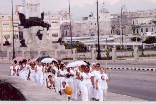 Las Damas de Blanco por el Malecón Habanero, en su travesía libertaria y patriótica...