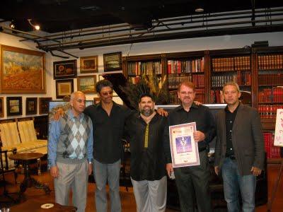 El profesor Enidis, del Miami Dade College, Gustavo Novo, Alberto Cabrales y Roberto Ramos, director del Centro de Arte Cuba 8, junto a Josán Caballero, editor de la Revista BRUJULAR DE MIAMI.
