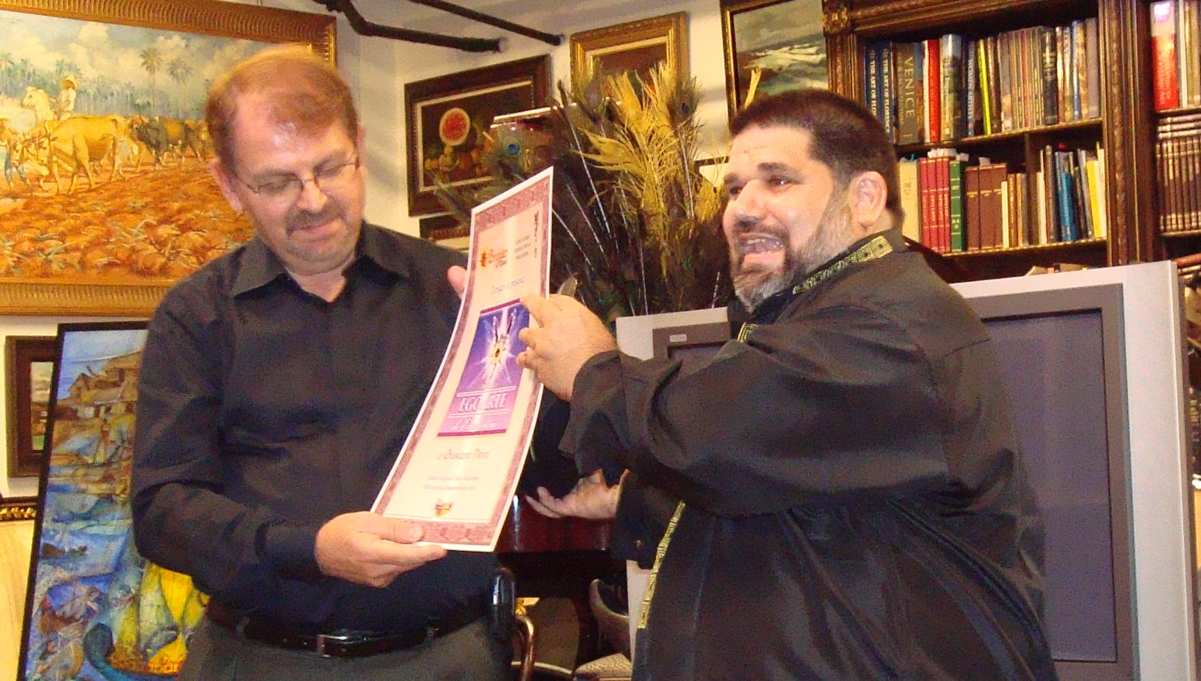 Nuestro amigo ilustrador Gustavo Novo recibiendo el Premio EGOARTE de Excelencia, uno de los galardones otorgados por la Revista BRUJULAR DE MIAMI.