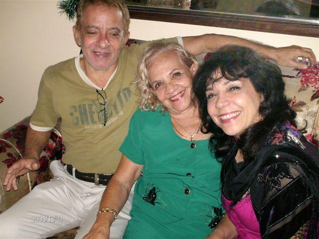"""David García Gonce, con su madre, la actriz y artesana Selene Gonce, junto a su hermana, la famosa actriz María Eugenia García Gonce, la Isabel, del serial """"En silencio ha tenido que ser"""" y muchas otras obras, miembros durante muchos años del Grupo Teatrova de Cuba."""