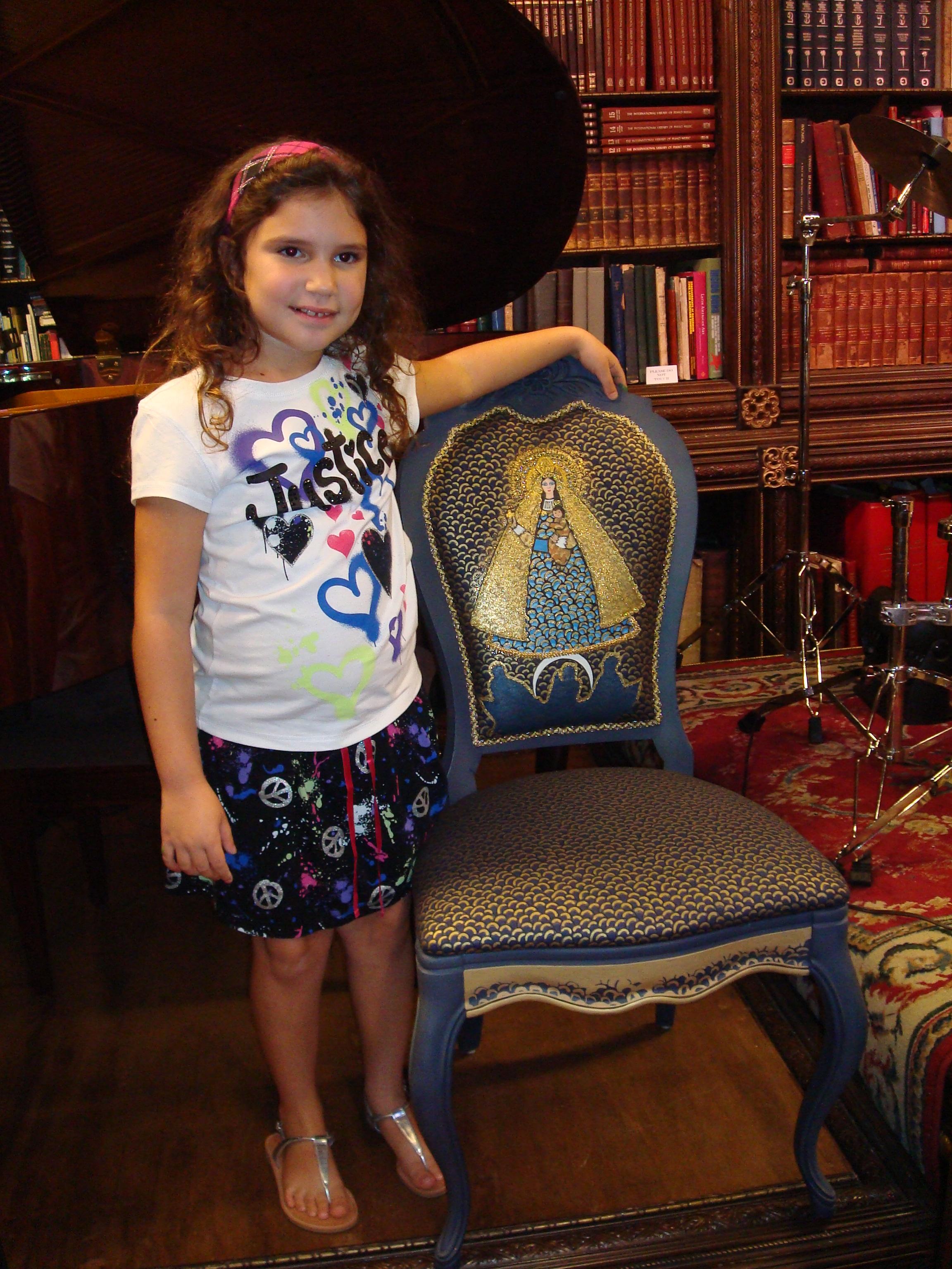 Melisa con la silla bordada por Nora Cerviño.