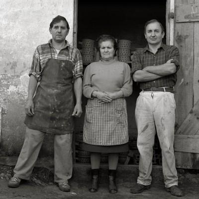 14-Galicia, Familia de alfareros, Buño, 1998