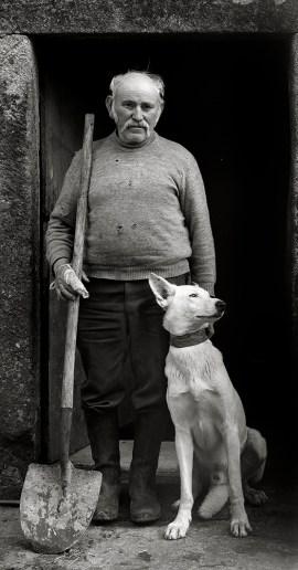 20-Galicia, Labrador con su perro, Baiñas, 1991