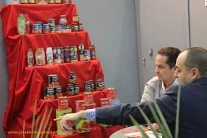Expositor de una industria tomatera extremeña