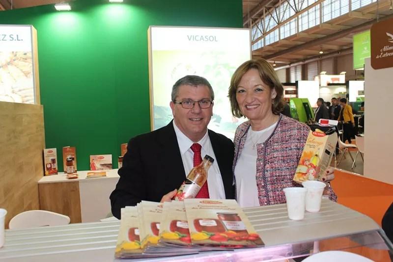 El presidente de la cooperativa Vicasol, junto a la consejera andaluza de Agricultura.