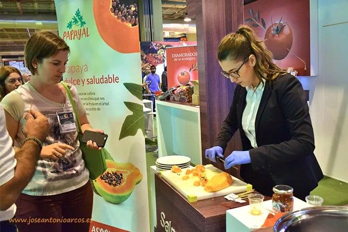 Degustación de papaya en la Fruit Attraction 2016.
