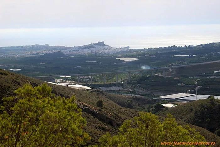 Panorámica con Salobreña y su castillo al fondo, mirando al Mediterráneo.