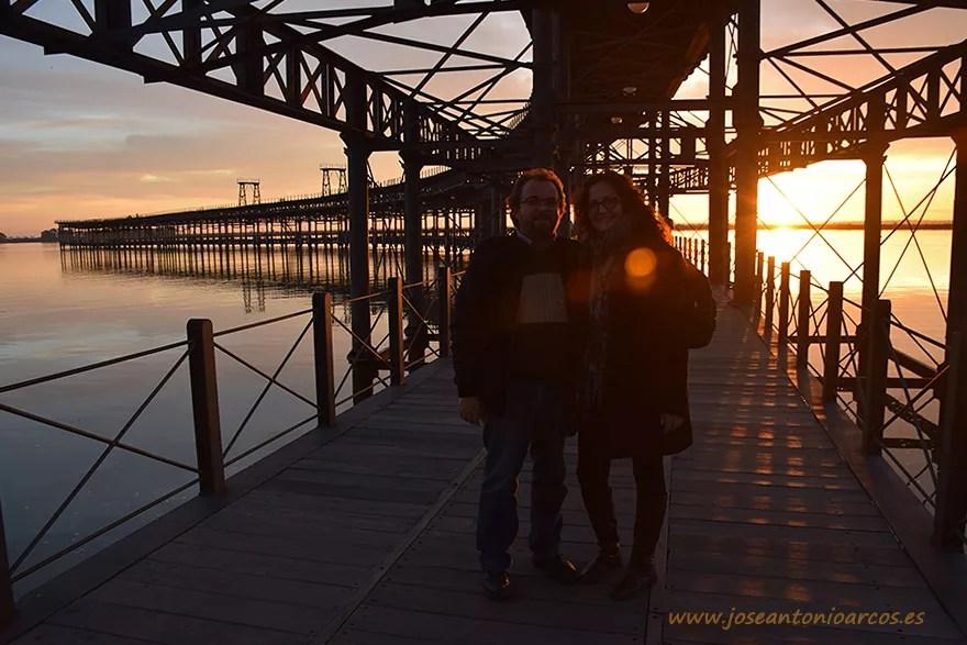 Ana Rubio y José Antonio Arcos en el Muelle del Tinto de la ciudad de Huelva.