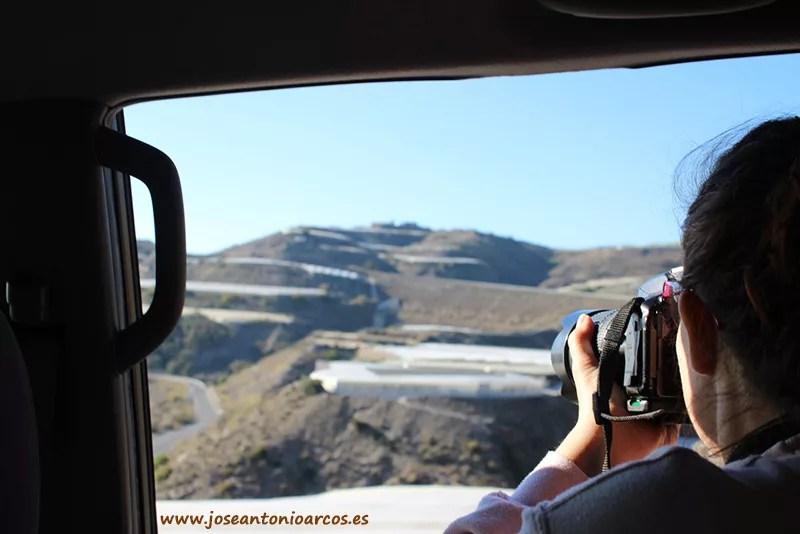Ana Rubio fotografiando invernaderos en la costa de Granada.