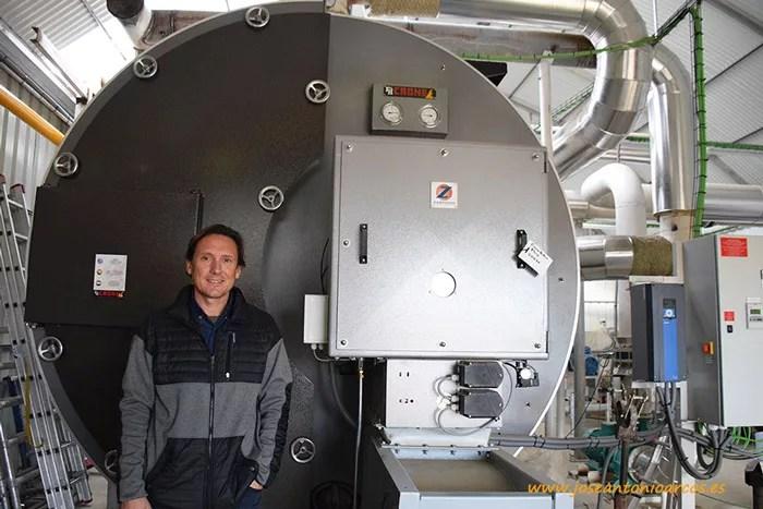 Antonio Cambil, junto a la caldera instalada por su empresa SDC.