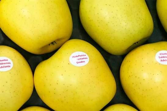 Manzanas con etiquetas de ánimo frente al coronavirus