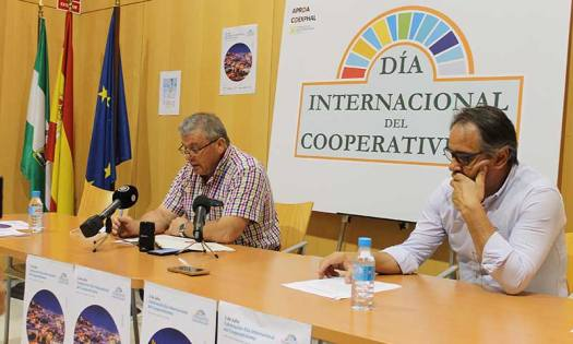 Juan Antonio González y Juan José Segura presentan el Día del Cooperativismo en Almería. /joseantonioarcos.es