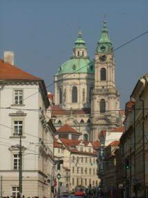 Praga, vista de San Nicolás desde Mostecká ulice