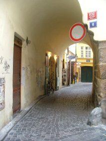 Praga, pasaje junto a Nuestra Señora de Týn