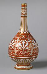 Botella de Dresser, 1862. Forma globular, la decoración enfatiza la forma.