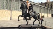 Una muñeca hinchable en la estatua del decapitado Franco Foto Ignasi Fortuny