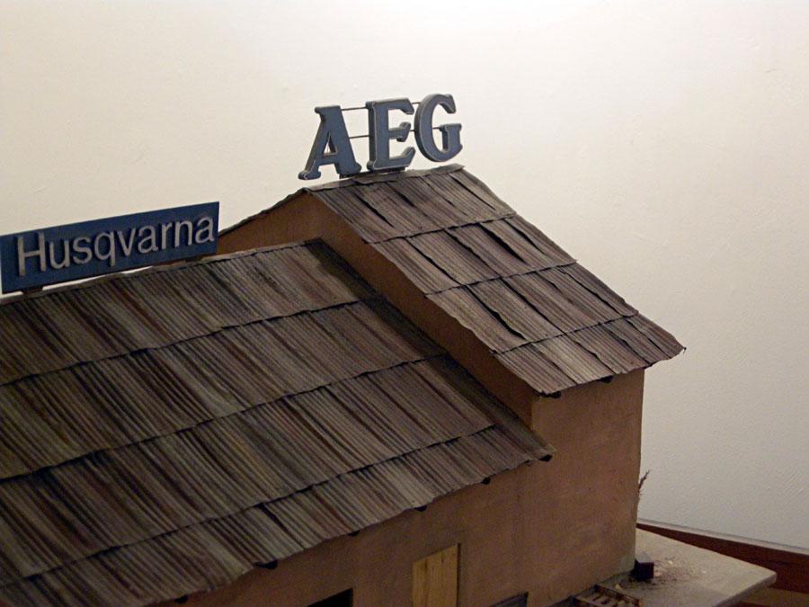 Modell av plåtkåk i Lugnet med AEG- och Husqvarna-skyltar