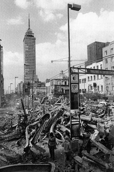 foto de 1985 mostrando loa daños causado por el terremoto de ese año en la Ciudad de México, con la Torre Latino Americana al fondo de pie.
