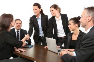 Personas en una reunión saludandose