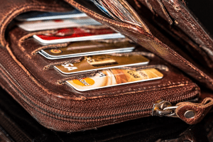 Cartera abierta en la que se ven varias tarjetas de crédito.