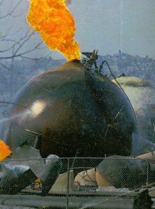 Tanques para el almacenaje de gas ardiendo después de las explosiones de San Juanico en 1984
