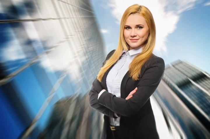Mostrar una mujer empleada empoderada y fuerte. Segura de lo que vale.