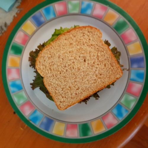 Sandwiche de jamon con lechuga
