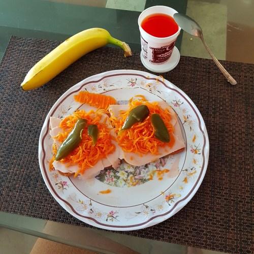 Pan tostado con jamon y fruta