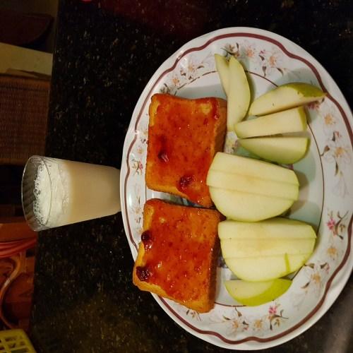 Pan tostado con mermelada, pera y leche