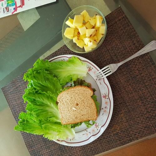 Sandwich de jamon con lechuga y piña