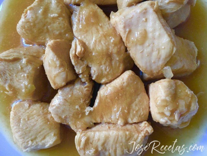 trozos de pollo cocinado con cerveza