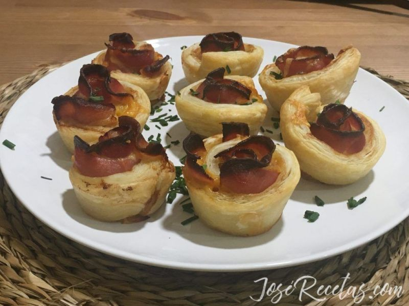 flores de bacon y hojaldre y queso