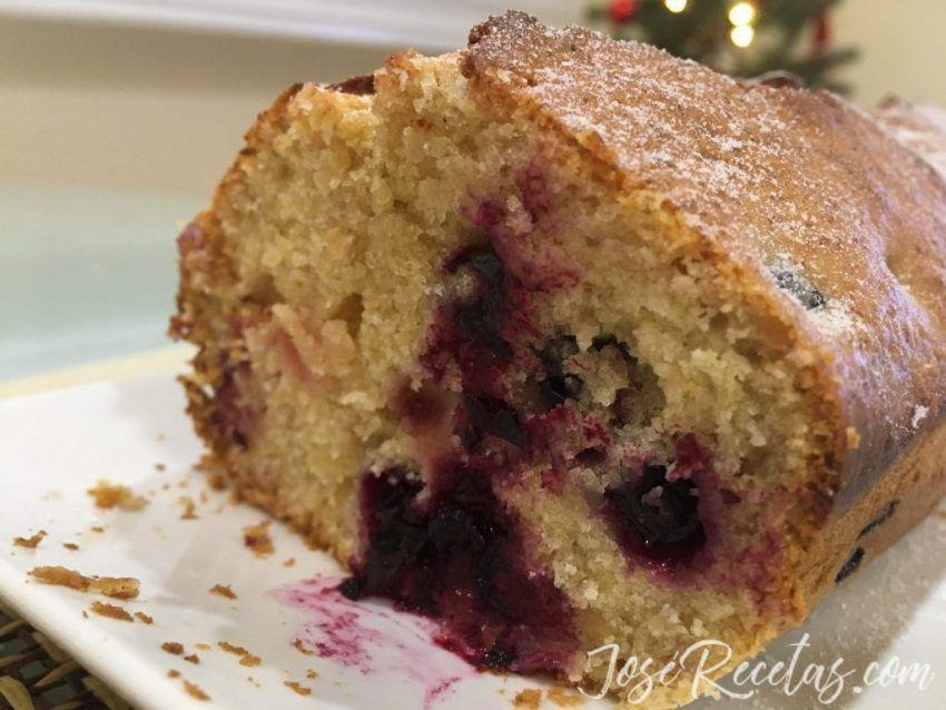 Rodaja de plum cake con frutos