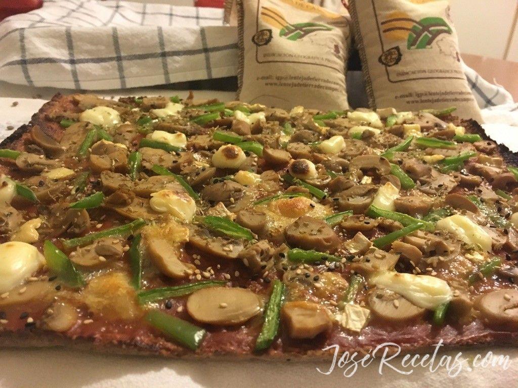Pizza con masa de lentejas de Tierra de Campos. Pizza vegetariana.