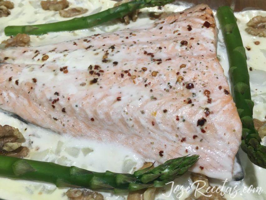 salmón con espárragos y nueces