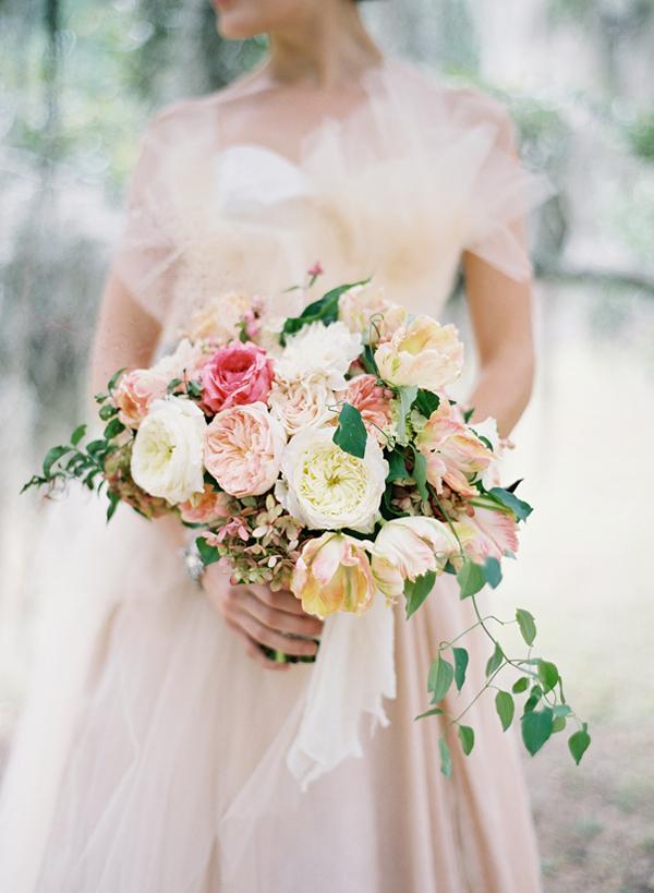 581413ba8a1b Jättevackert är det också att välja blommor i lite starkare rosa eller  mörkare toner . Som i denna underbara brudbukett med bland annat clematis  och syren.