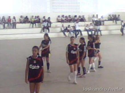 As meninas do 2º ano, jogando com o uniforme do 2º 29. A equipe era formada por meninas de três turmas.