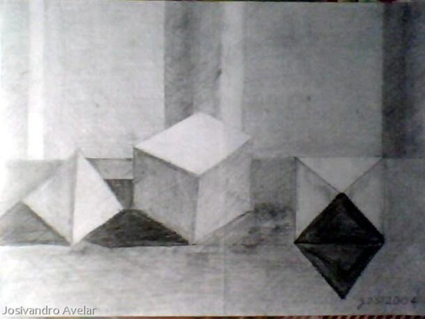 Formas geométricas: uma pirâmide, um cubo, e outra pirâmide.