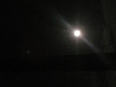 Fui lá fora, e admirei a Lua.