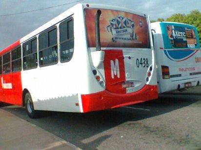 A mesma cena com um ônibus de outra empresa. Foto de 2012.