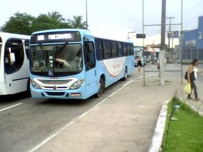 Em alguns casos, os ônibus ficam parados no meio da pista do Terminal de Integração. Foto de 2011.