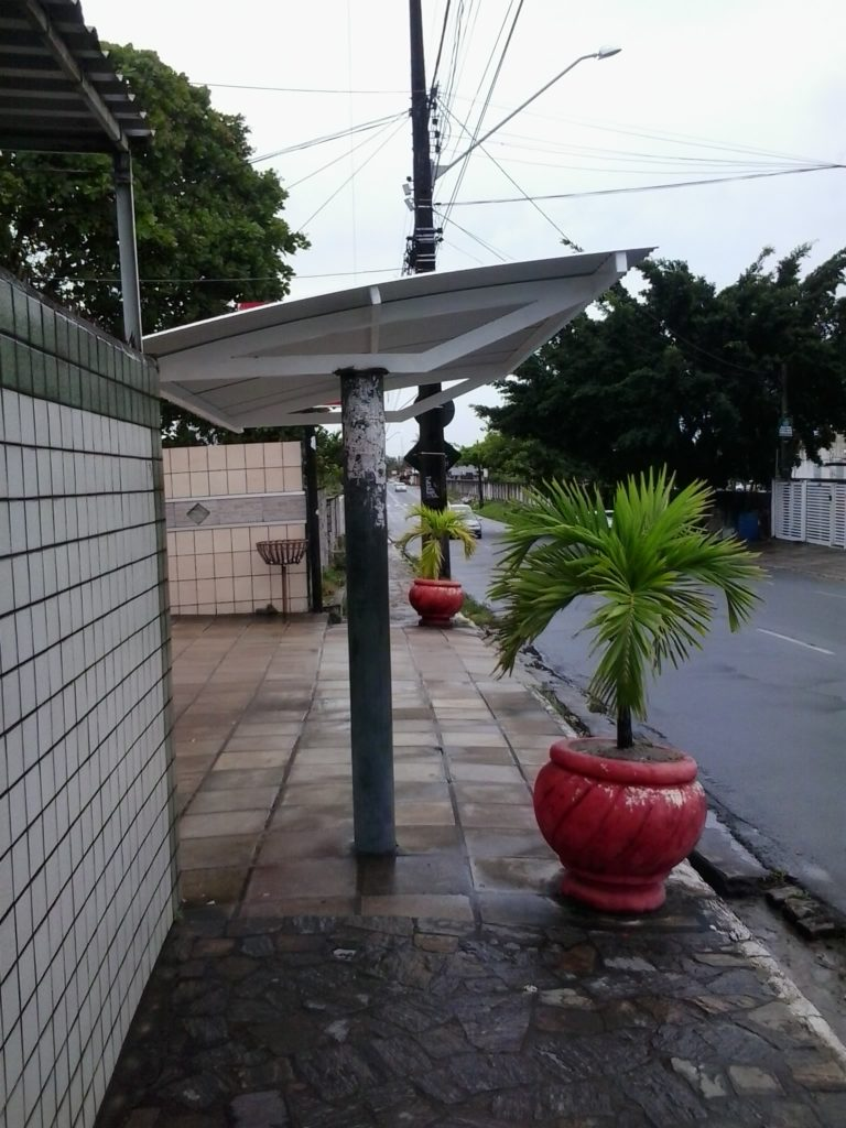 Parada da Antônia Gomes da Silveira. Foto tirada antes das colunas serem pintadas de branco, concluindo o serviço.
