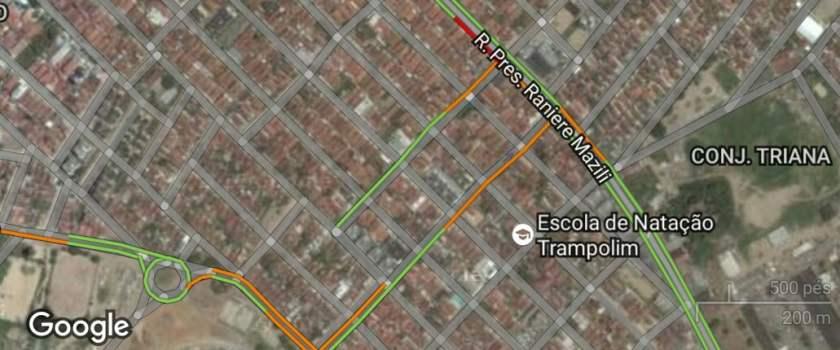 Mapa de trânsito do Google Maps mostrando as vias entre a Ranieri Mazzili e o Almeidão. Perceba que há uma linha na via paralela da Napoleão Duré. Educar os motoristas aqui não é problema, eles já fazem essa mão única informalmente.