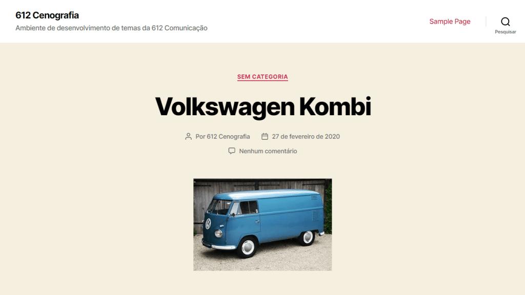 """Print do site de cenografia da 612 Comunicação, exibindo uma foto de uma Kombi com o título """"Volkswagen Kombi"""" acima. Fim da descrição."""