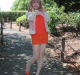 オレンジ色のタンクトップ同色のタイトミニにサンダル(1)